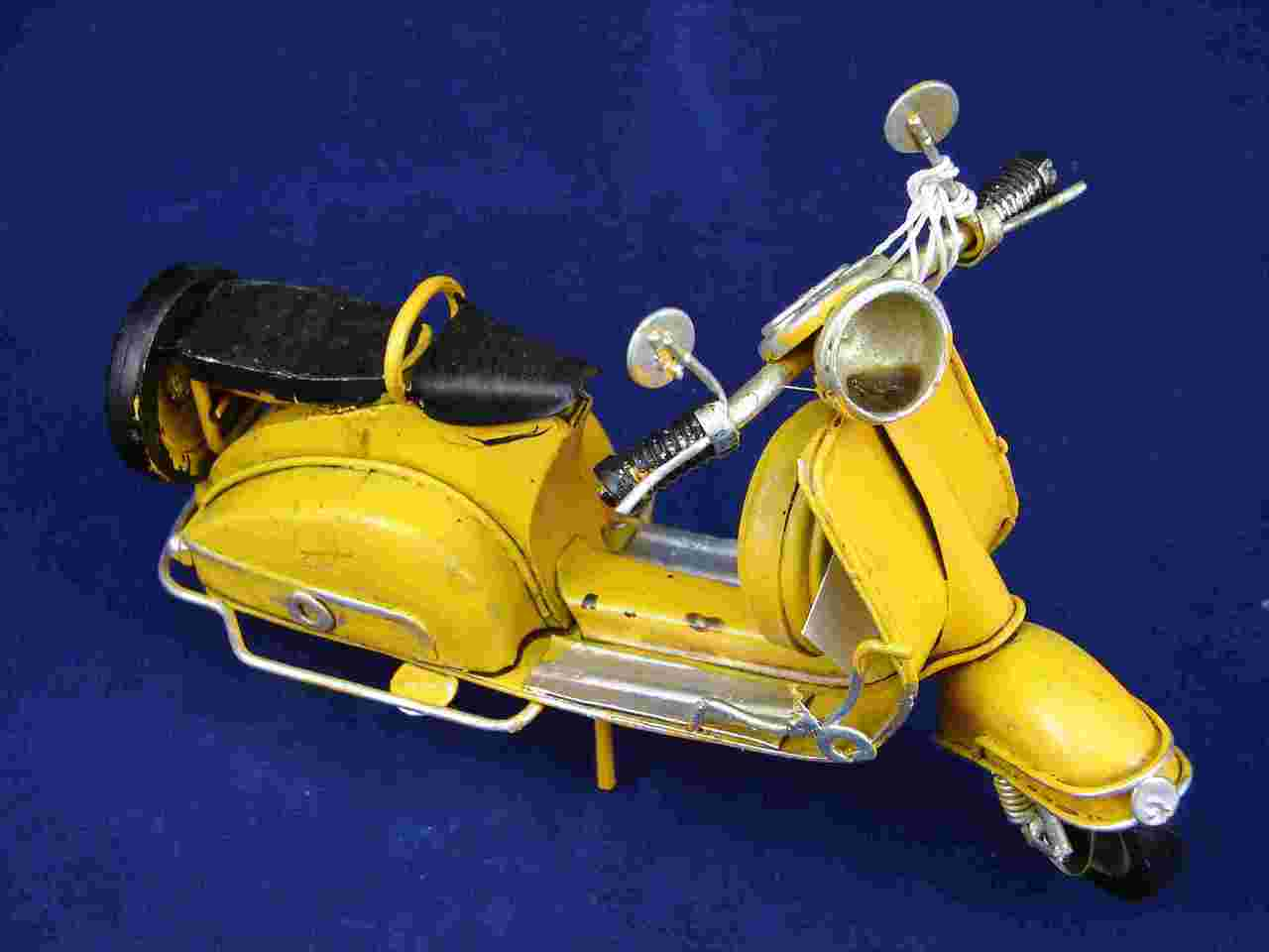 MEDIUM VESPA MODEL -  GIALLO